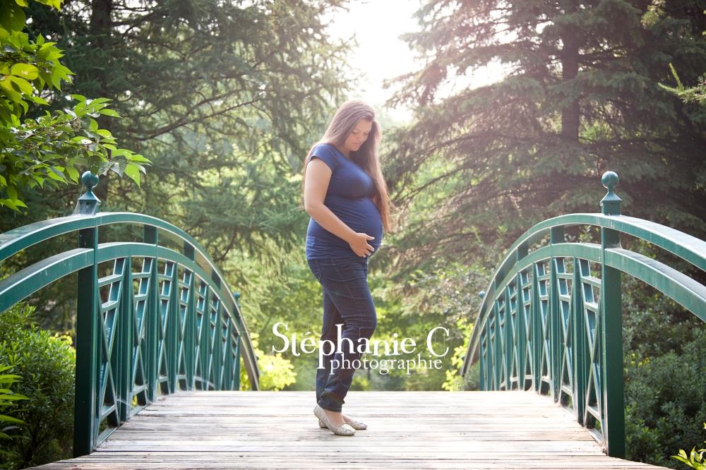 Femme enceinte debout sur pont pose mode