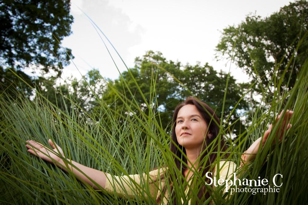 portrait photo femme dans l'herbe