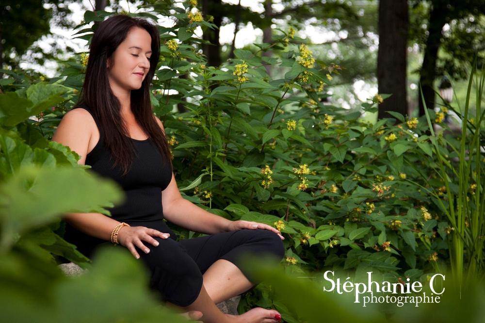 Femme en méditation en nature at