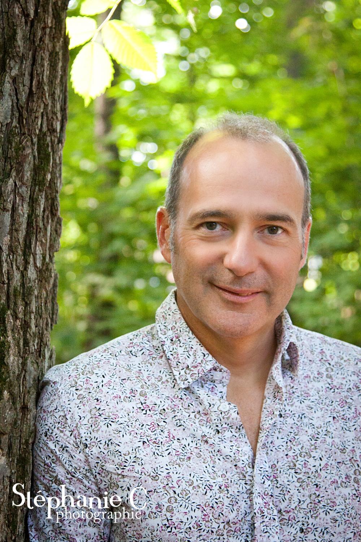 portrait homme en chemise fleurie dans la nature