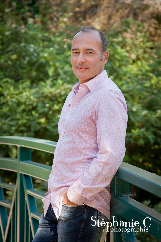 photographie homme pose sur pont dans nature