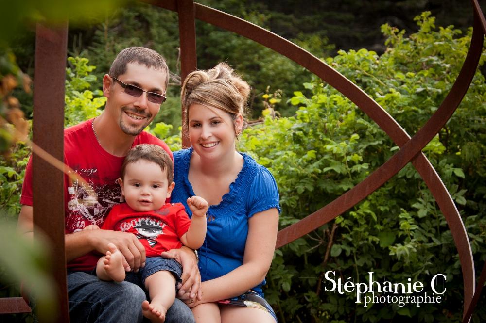 Famille assisse dans un parc