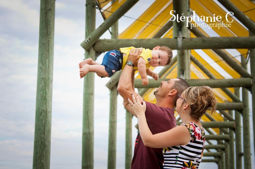 bébé dans les airs avec parents