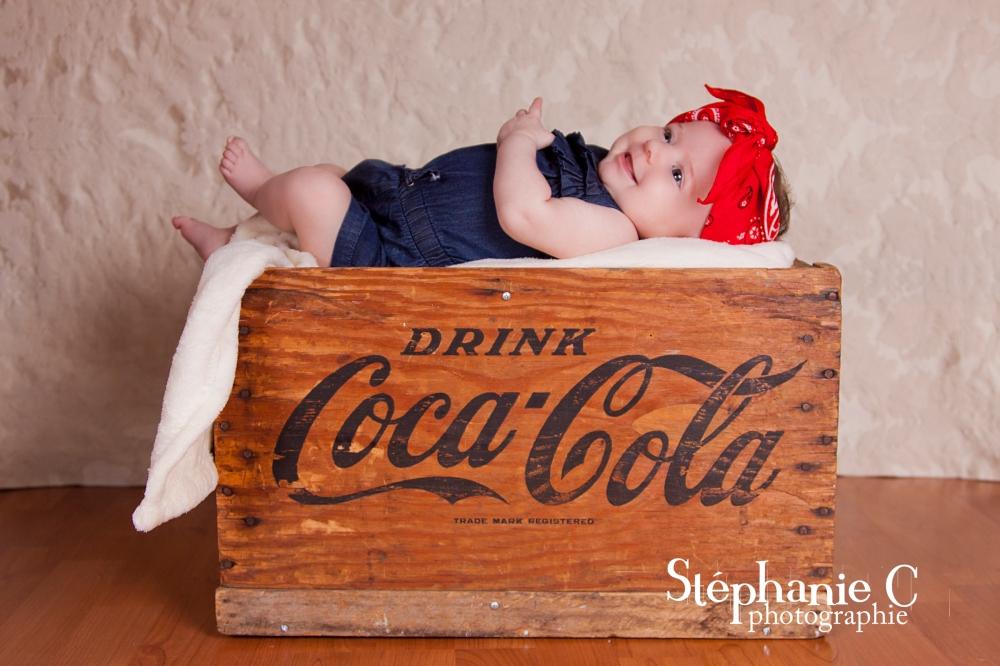 bébé fille look vintage dans boite de coca-cola