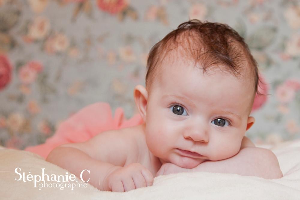 bébé fille a plat ventre avec tutu rose