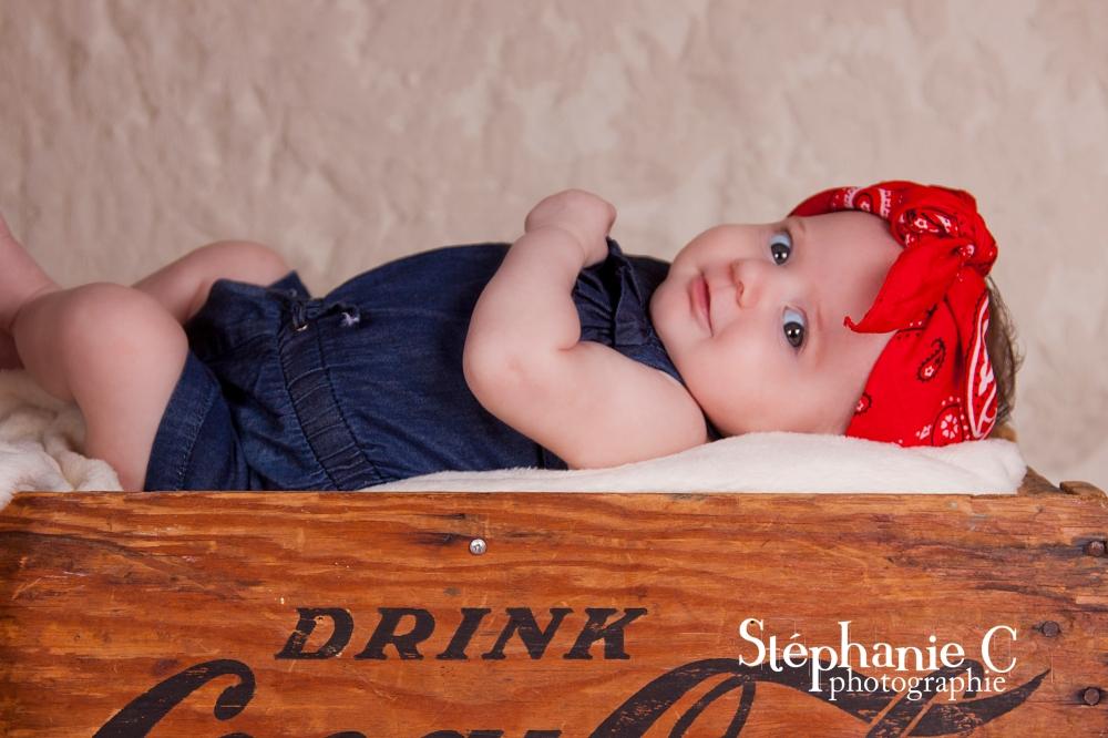 bébé fille dans une boite en bois look vintage avec foulard rouge