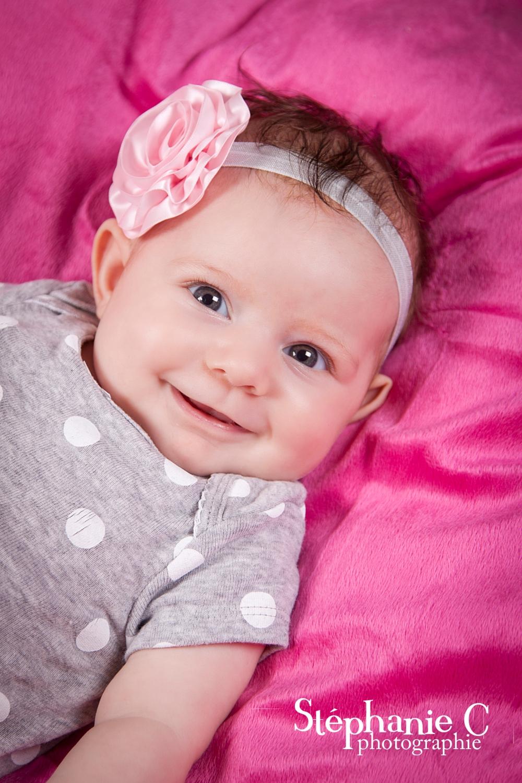 gros plan bébé fillette chandail à pois et bandeau rose