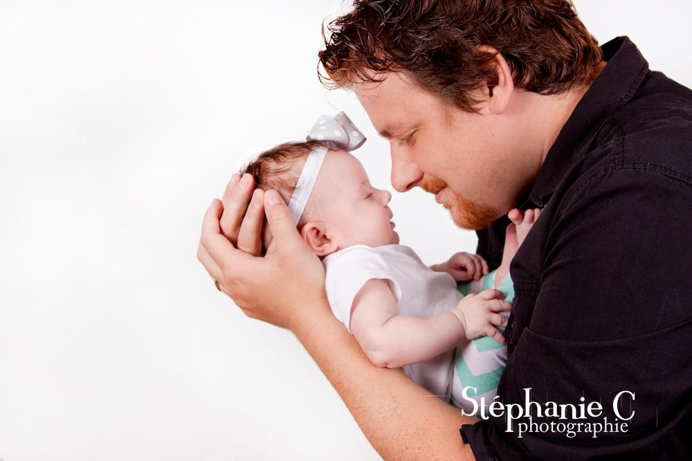 papa et fillette dans ses bras nez a nez