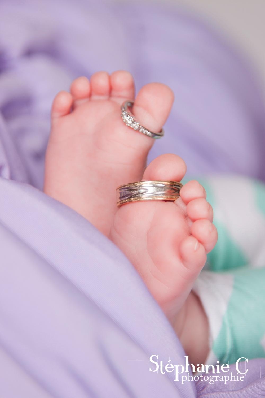 pied de bébé avec bagues de fiançaille