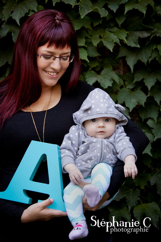 maman avec bébé dans ses bras avec lettre du prénom