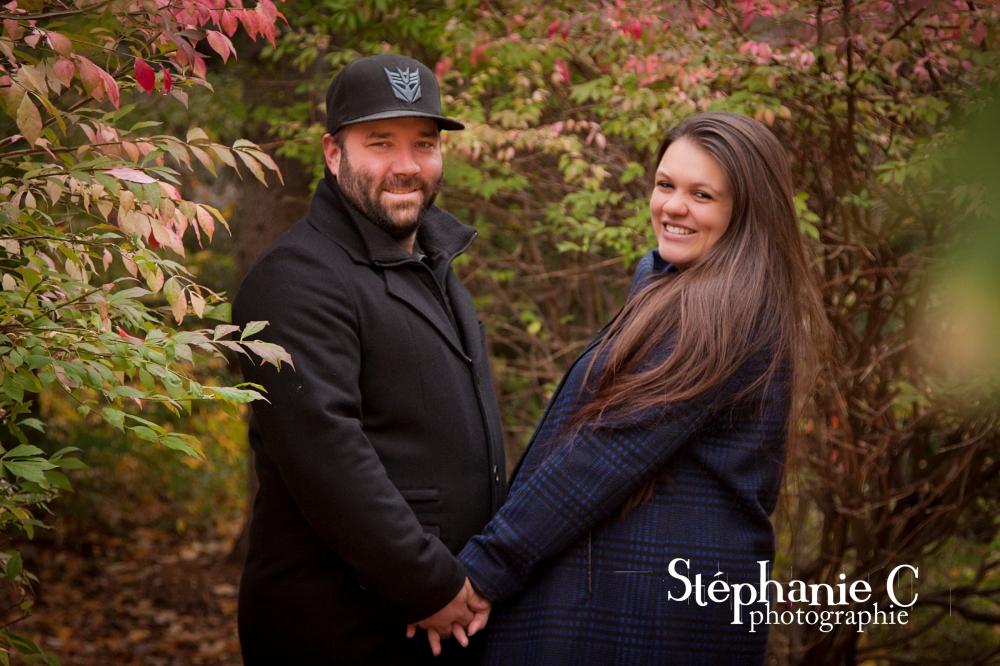 couple souriant se tenant par les mains dans un sentier