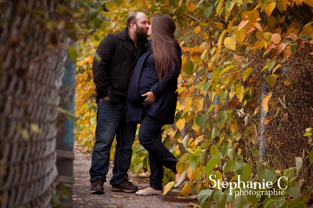 couple avec femme enceinte dans un sentier à l'automne