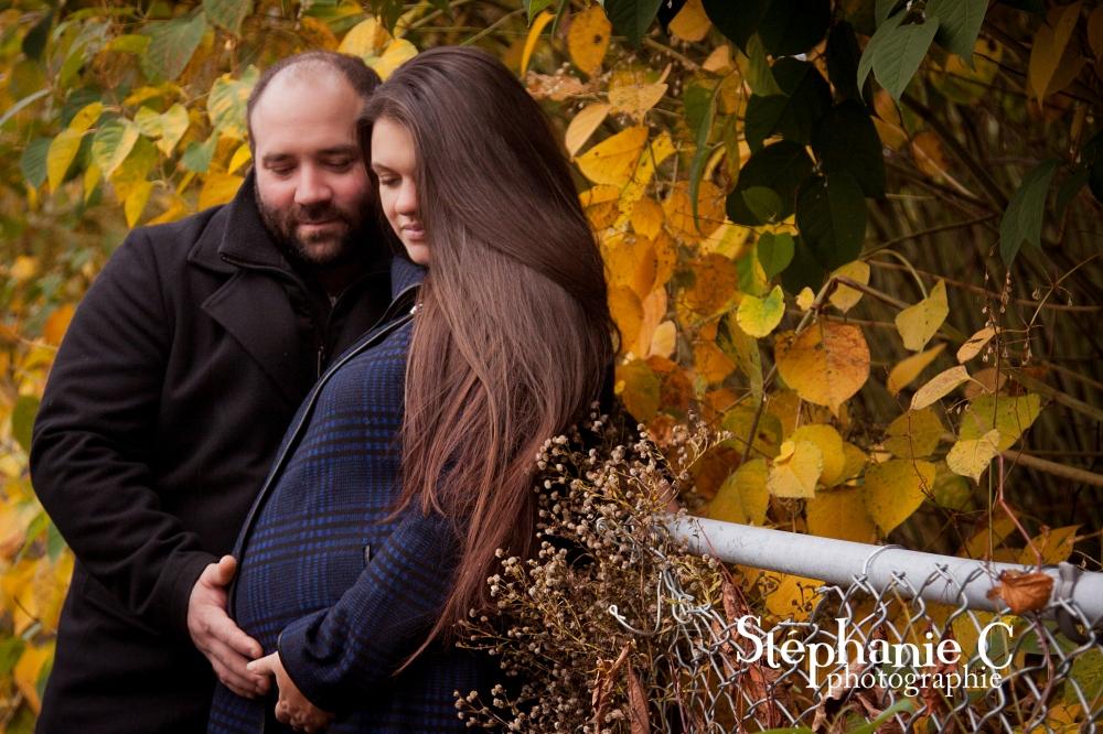 couple en nature a l'automne qui regarde bedon tout rond