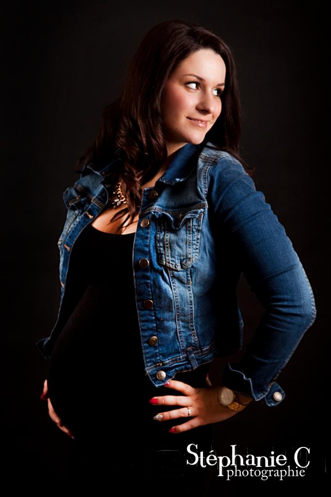 photo de femme enceinte sur fond noir en studio avec robe